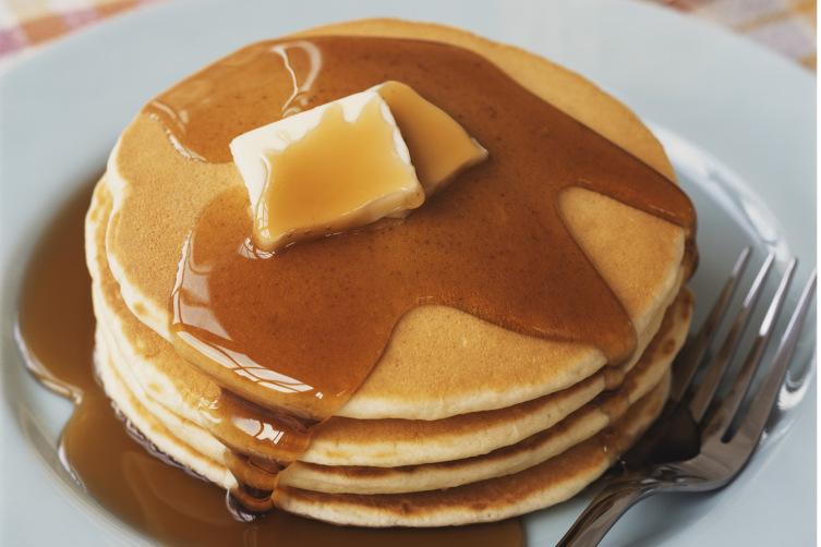Pannenkoek met boter en ahornsiroop