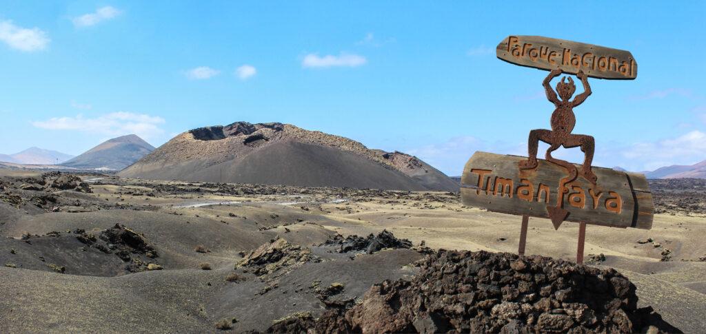 Als u op zoek bent naar meer of een dagje weg van het strand en restaurants, dan is Timanfaya National Park een verbazingwekkend vulkanisch landschap, dat een kwart van het eiland beslaat. Het is ontstaan gedurende zes jaar van bijna continue vulkaanuitbarstingen die plaatsvonden tussen 1730 en 1736.